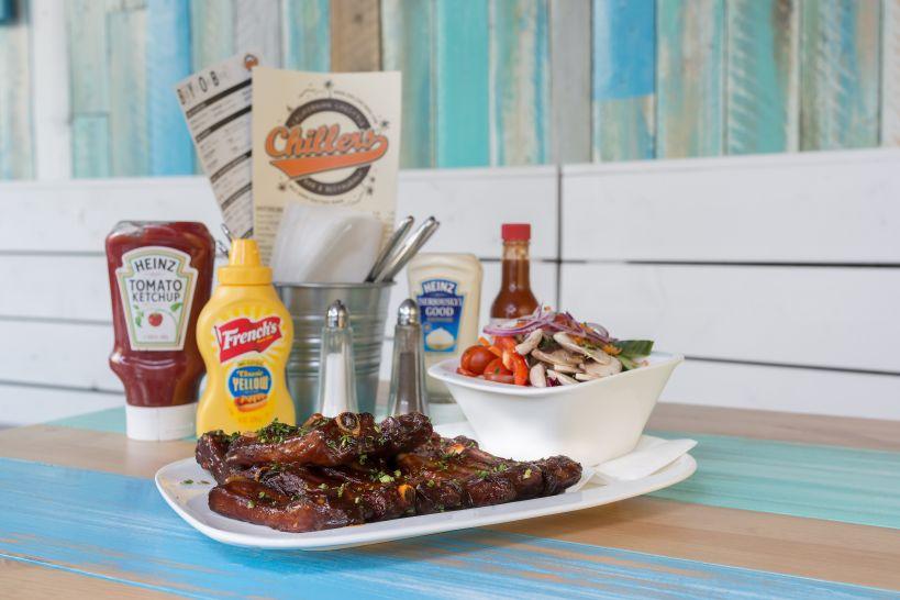 Baby Back Ribs mariniert in BBQ Sauce mit einer Side Garden Salad