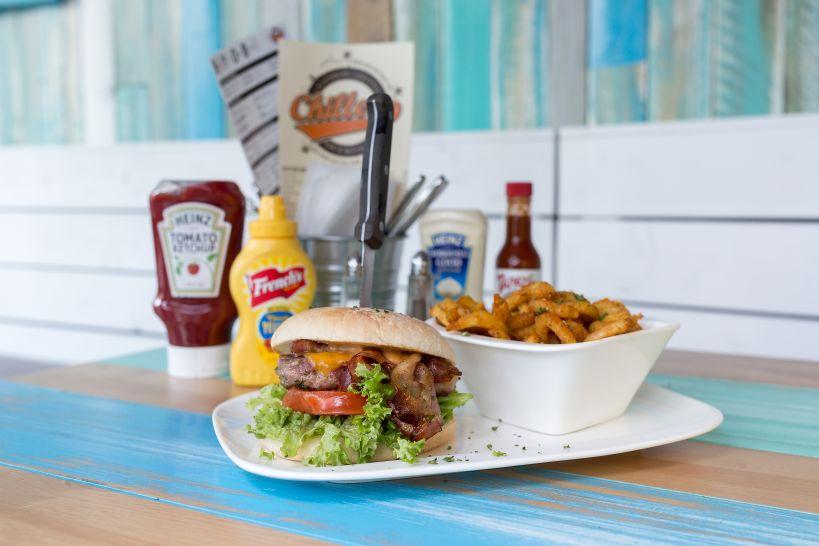 Baconish Burger auf CHILLERS Bun mit 50/50 Patty und einer Side Curly Fries