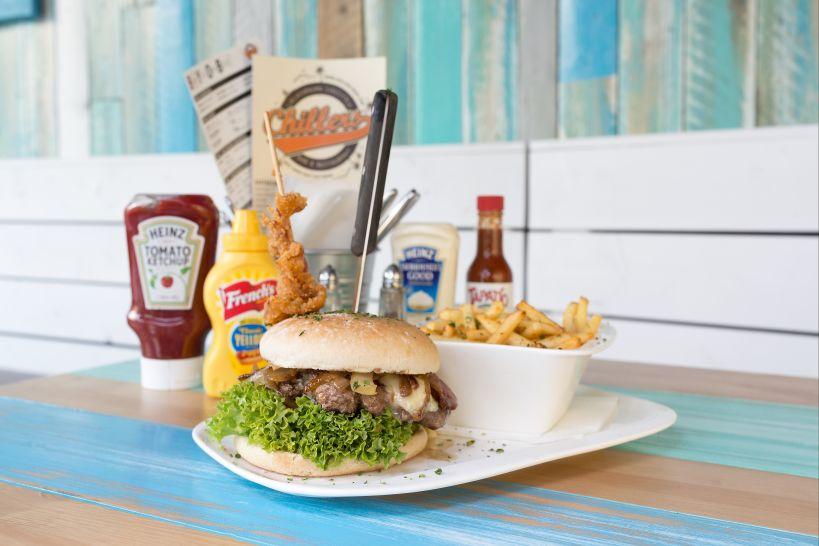 Bacon & Blue Cheese Burger auf CHILLERS Bun mit Beef Patty und einer Side French Fries
