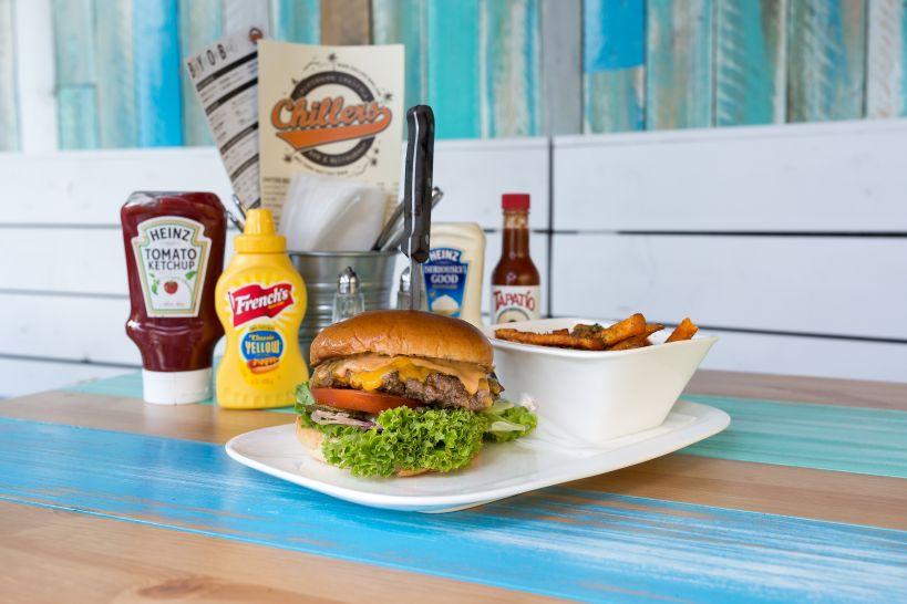 Classic Cheese Burger auf Brioche Bun mit Beef Patty und einer Side Sweet Potato Fries