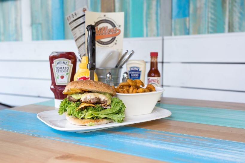 Dude on Fire Burger auf Sourdough Bun mit Fire Beef Patty und einer Side Curly Fries