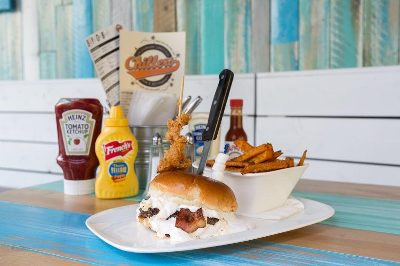 Fluffy Burger auf Brioche Bun mit 50/50 Patty und einer Side Sweet Potato Fries