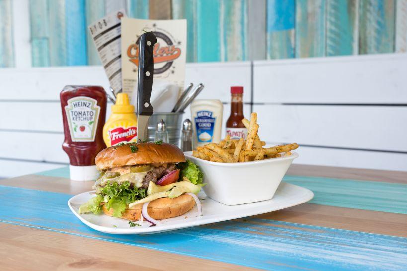 Fred California Burger auf Brioche Bun mit Beef Patty und einer Side French Fries