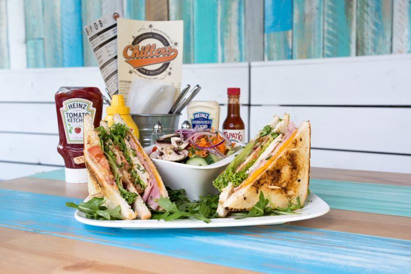 Hero Sandwich mit einer Side Garden Salad