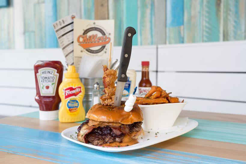 Peanut Butter Jammin Burger auf Brioche Bun mit 50/50 Patty und einer Side Sweet Potato Fries