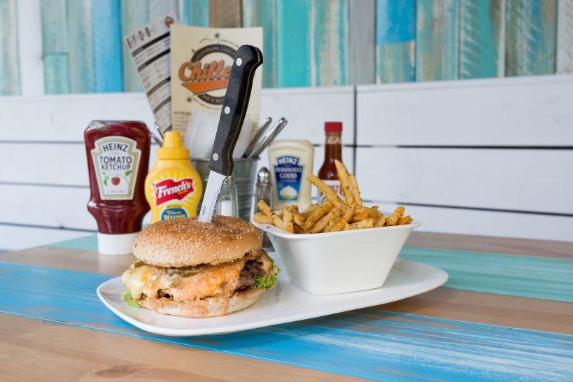 TNT Burger auf Sourdough Bun mit Fire Beef Patty und einer Side French Fries