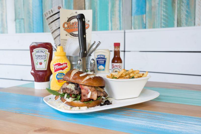 Venice Burger auf Soft Pretzel Bun mit Beef Patty und einer Side French Fries