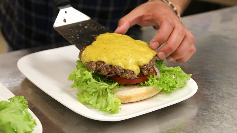 Classic Cheese Burger (Photo by Serge Blechschmidt)