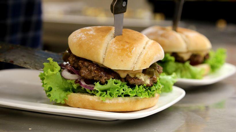 Classic Cheese Burger (Photo by Serge Blechschmidt)